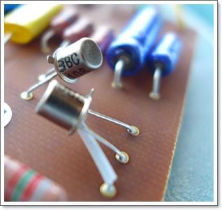 シリコントランジスタはゲルマニウムトランジスタに比べ気温の変動に強いのが特徴