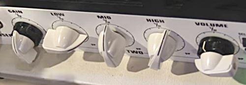 5150 III 50wのボリュームとゲインのコントロールは2軸ポットによって行います。