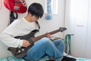エレキギターの練習する男子